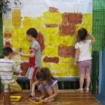 מציירים וצובעים על משטח גדול