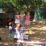 שרים על הבמה בחצר