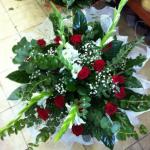 זר פרחים 15 ורדים ו-6 סייפנים